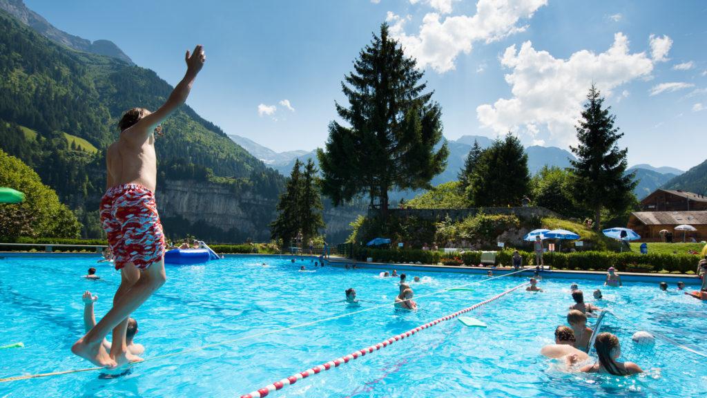 La piscine du Palladium de Champéry, un oasis aux pieds des Dents du Midi.