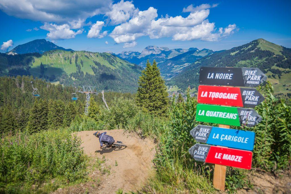 Vert, bleue, rouge ou noir, des pistes pour tous les niveaux sur notre Bikepark.